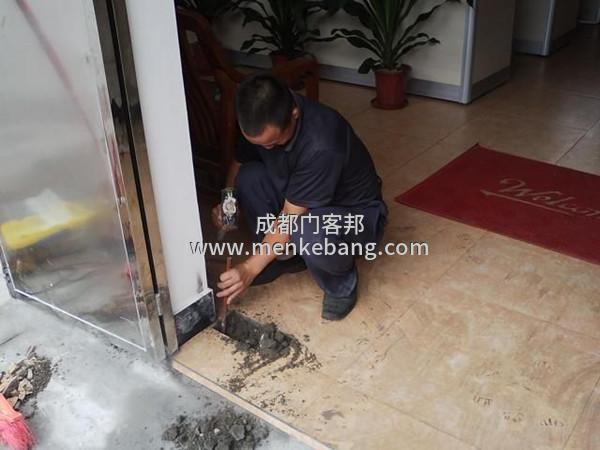 成都市维修玻璃门更换玻璃门订做 安装地弹簧服务电话